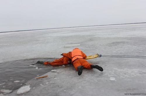 Практические занятия по спасению людей из полыньи